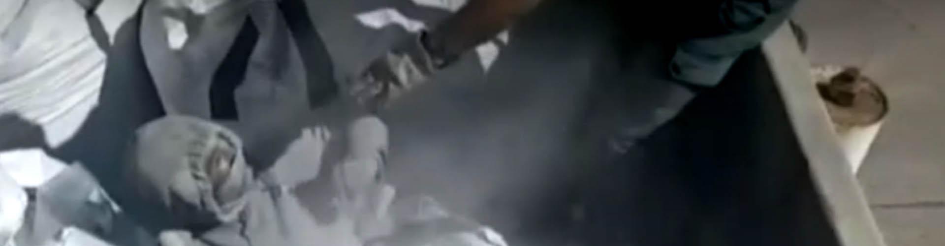 (VIDEO) Hallan a migrante oculto dentro de una bolsa, en medio de cenizas tóxicas